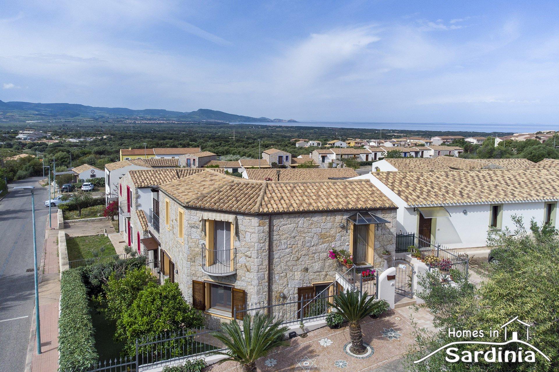 Stupenda villa singola in vendita a Badesi, ampie verande e solarium, piscina in comune